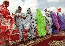 الملحفة الصحراوية.. زيّ مغربي يجمع سحر الألوان وأناقة الملبس