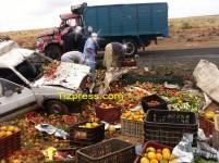 حادث سير خطير يؤدي إلى انقلاب شاحنة تنقل صناديق خضر وفواكه