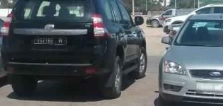سيارة رئيس المجلس الإقليمي لسيدي افني لا تبارح بوابة كلية الآداب بأكادير