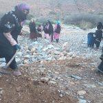 بالصوت والصور .. النساء بإقليم تيزنيت يعبدن طريقا جبليا لفك العزلة عن قريتهن