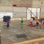 صور لاعبوا كرة اليد بسيدي إفني يزيلون مياه الأمطار بـ